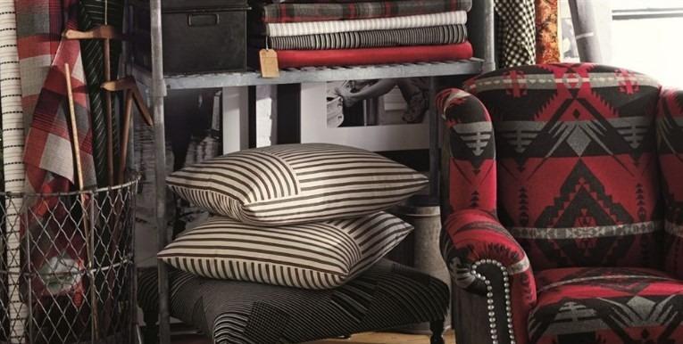 Moderní bytový textil se vzory v červených tónech