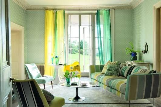 Moderní bytový textil v různých odstínech zelené a žluté