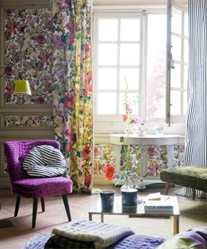 Moderní bytový textil v různých barvách s květinovými vzory