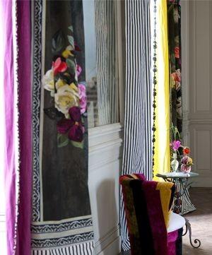 Moderní bytový textil s černými a květinovými prvky