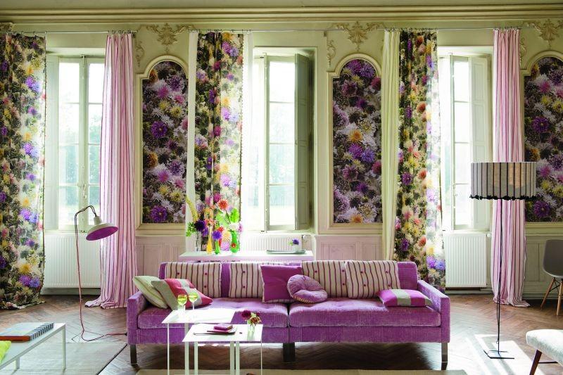 Moderní bytový textil s motivem různobarevných květin