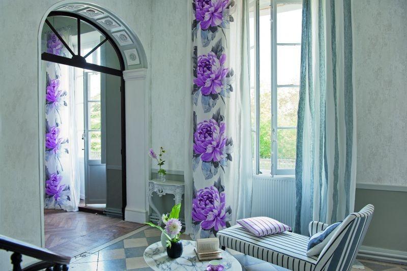 Moderní bytový textil s motivem jasně fialových květin
