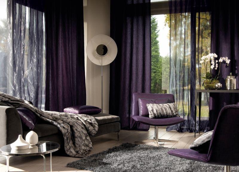 Moderní bytový textil v tmavě švestkových odstínech