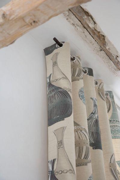 Moderní světlý bytový textil s motivem keramiky