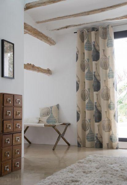 Moderní bytový textil ve světlé barvě se vzorem keramiky