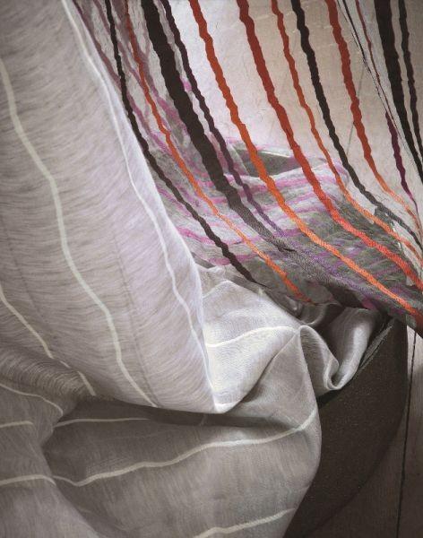 Moderní bytový textil se vzorem barevných proužků