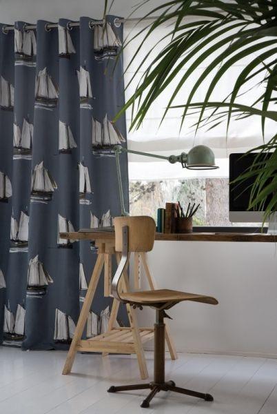 Moderní bytový textil v tmavě modré barvě s motivem lodí