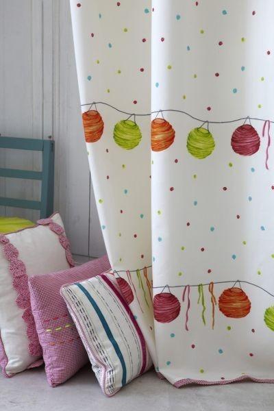 Moderní bytový textil v bílé barvě s barevným motivem