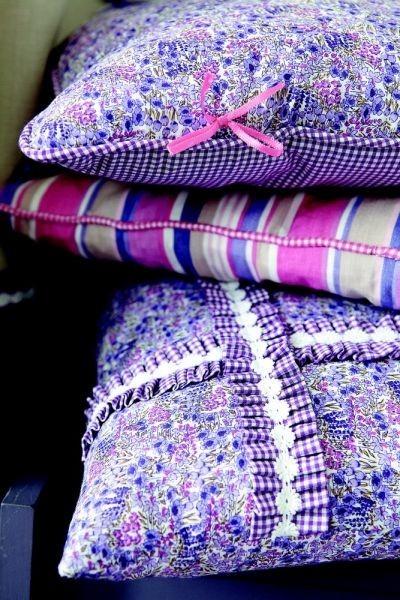 Moderní bytový textil s jasně fialovými detaily