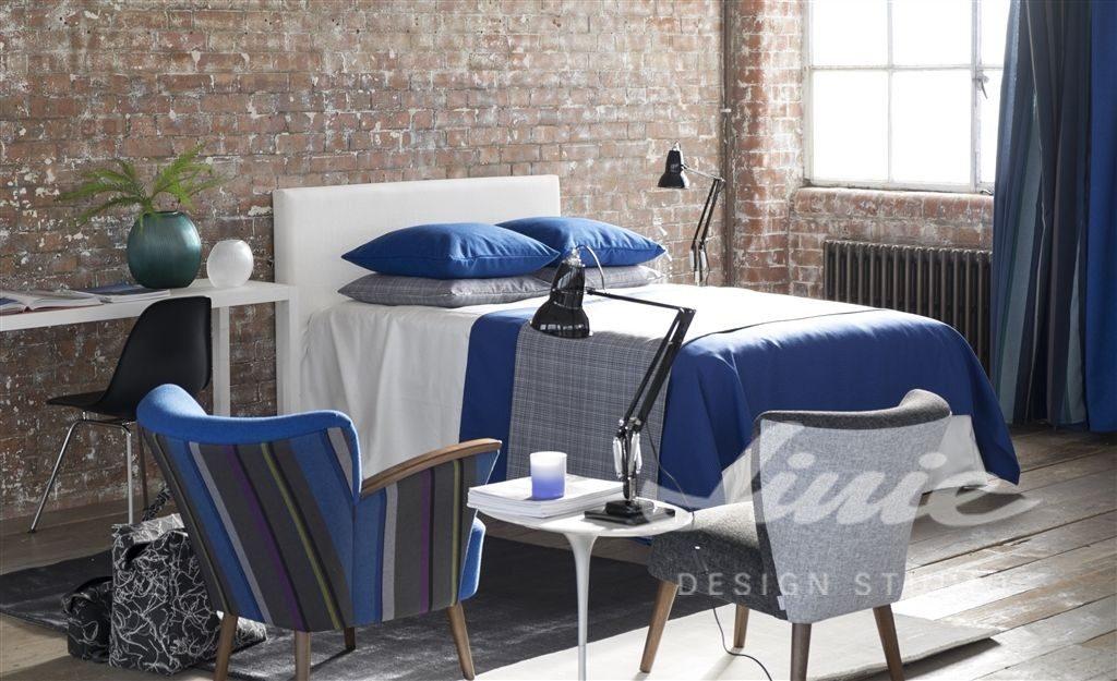 Moderní bytový textil v tmavě modrých odstínech
