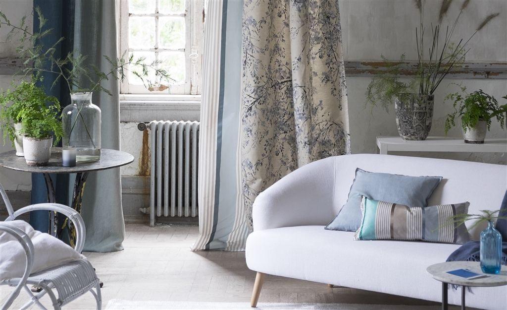 Moderní bytový textil ve světlých odstínech s modrými prvky