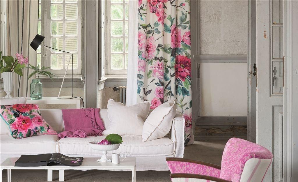 Moderní bytový textil s květinovým vzorem a růžovými prvky