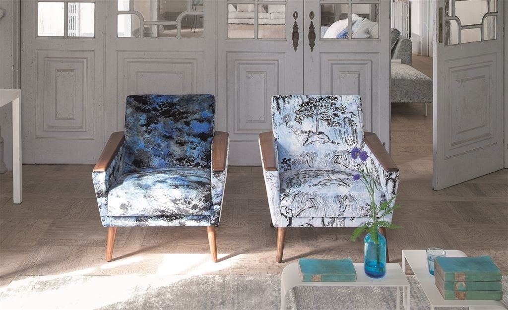 Moderní bytový textil v modrých odstínech s tmavým vzorem