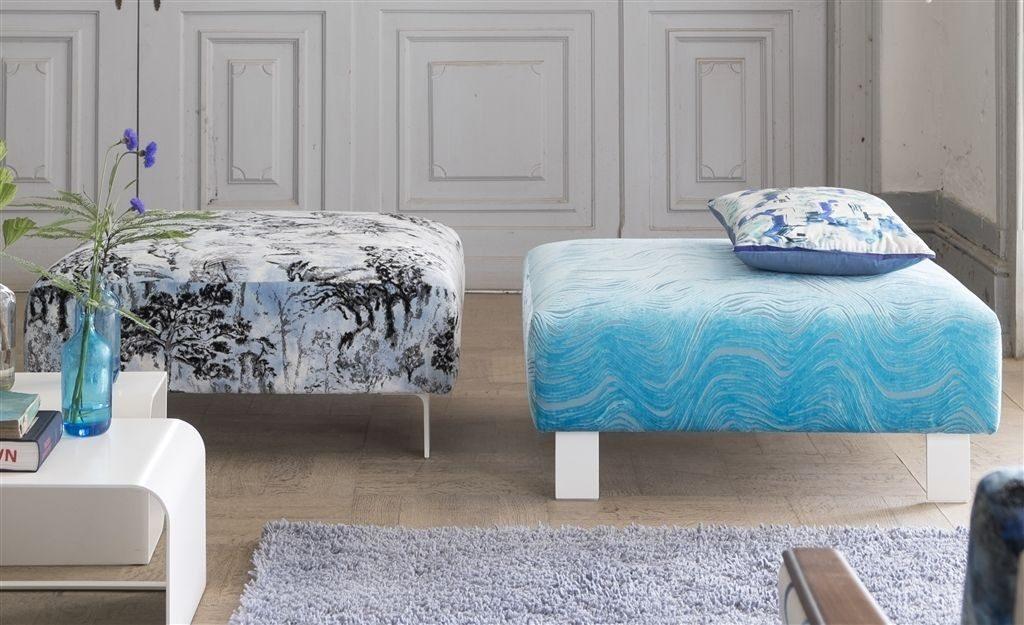 Moderní bytový textil v modrých tónech s různými vzory