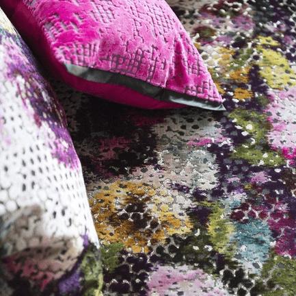 Moderní bytový textil s barevným vzorem
