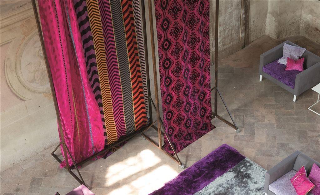Moderní bytový textil v růžových odstínech s tmavými vzory