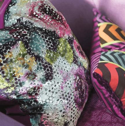 Moderní bytový textil s barevným abstraktním vzorem