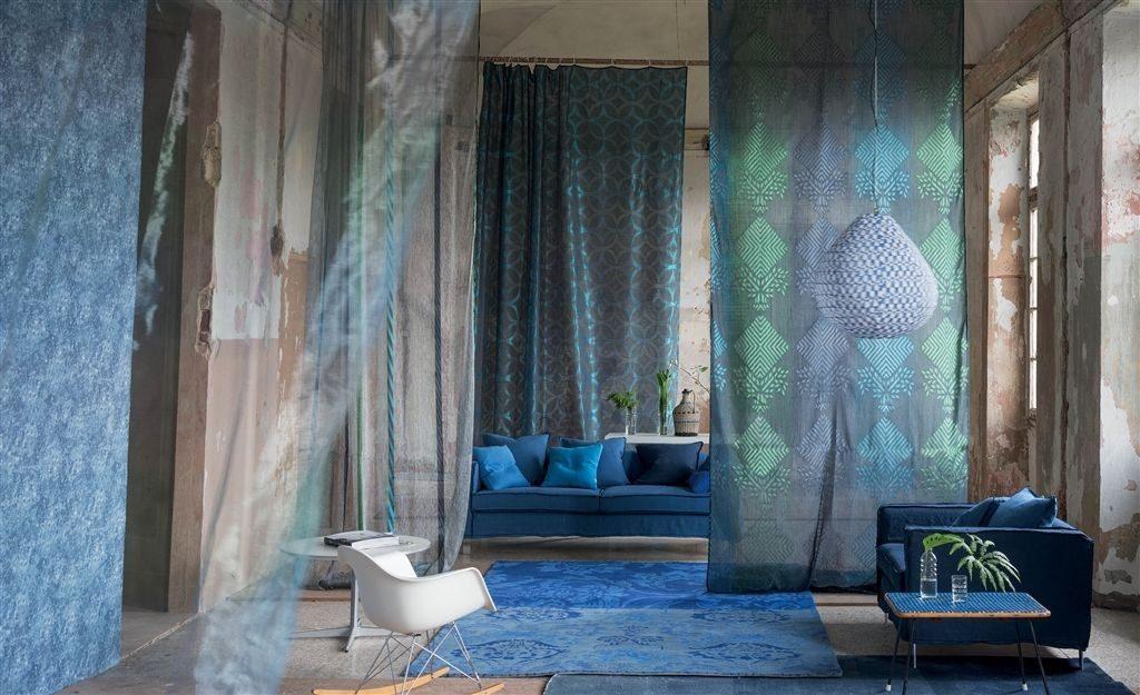 Moderní bytový textil v tmavě modrých tónech se vzorem