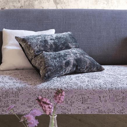 Moderní bytový textil ve světle a tmavě fialových tónech