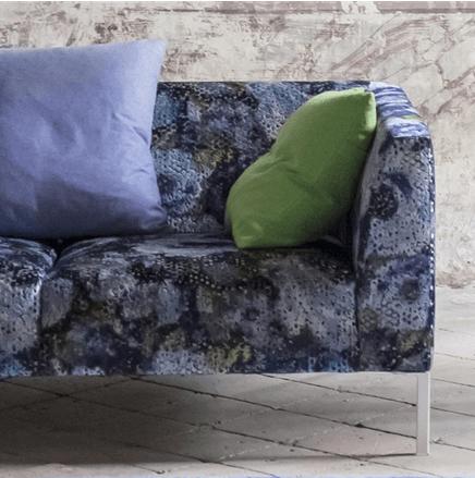 Moderní bytový textil laděný do zelené a fialové se vzorem