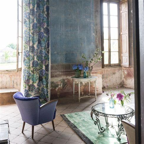 Moderní bytový textil v tlumeně modrých tónech se vzorem