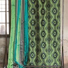 Moderní bytový textil v zelených tónech s tmavým vzorem