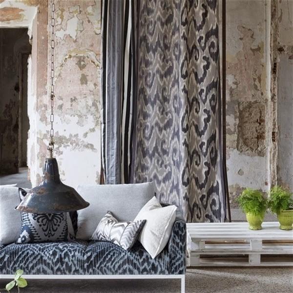 Moderní bytový textil v tmavých odstínech se vzorem