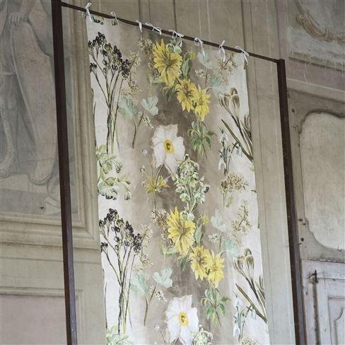 Moderní bytový textil se světlým květinovým motivem