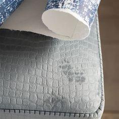 Moderní bytový textil se zvířecím motivem v šedé barvě