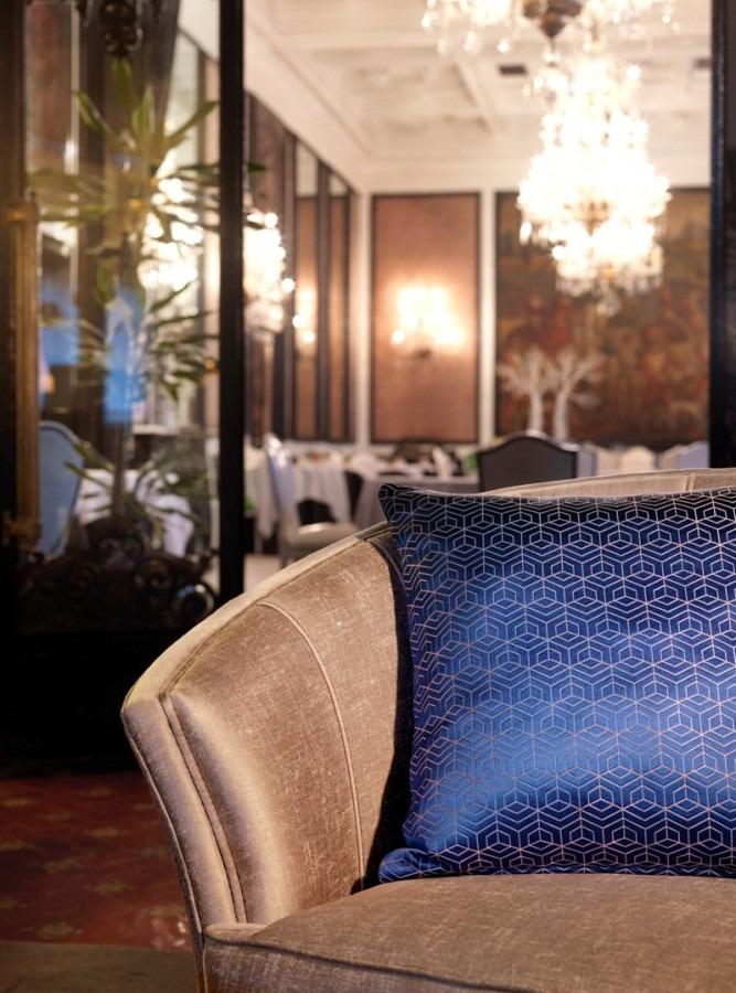 Luxusní bytový textil v tmavě modré barvě