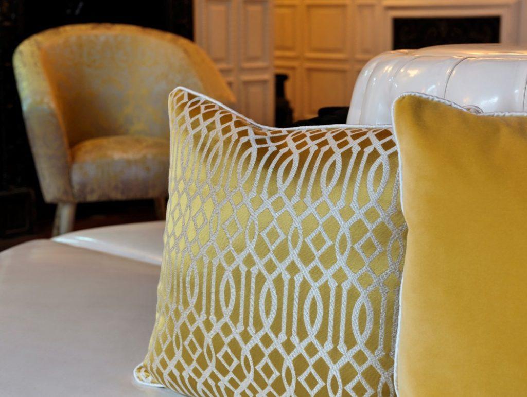 Moderní bytový textil ve zlaté barvě se světlým vzorem