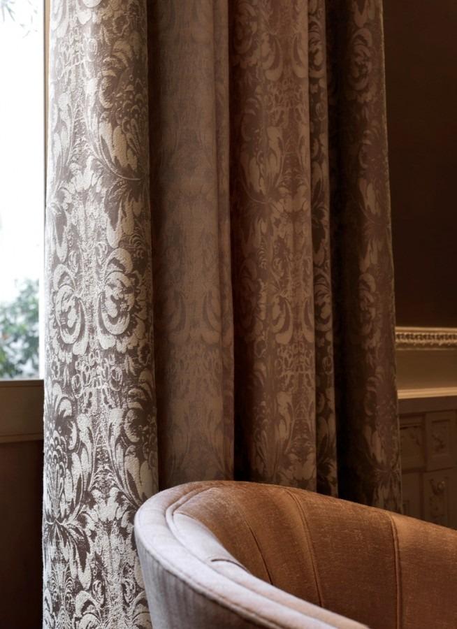 Luxusní bytový textil v tlumeně hnědé barvě