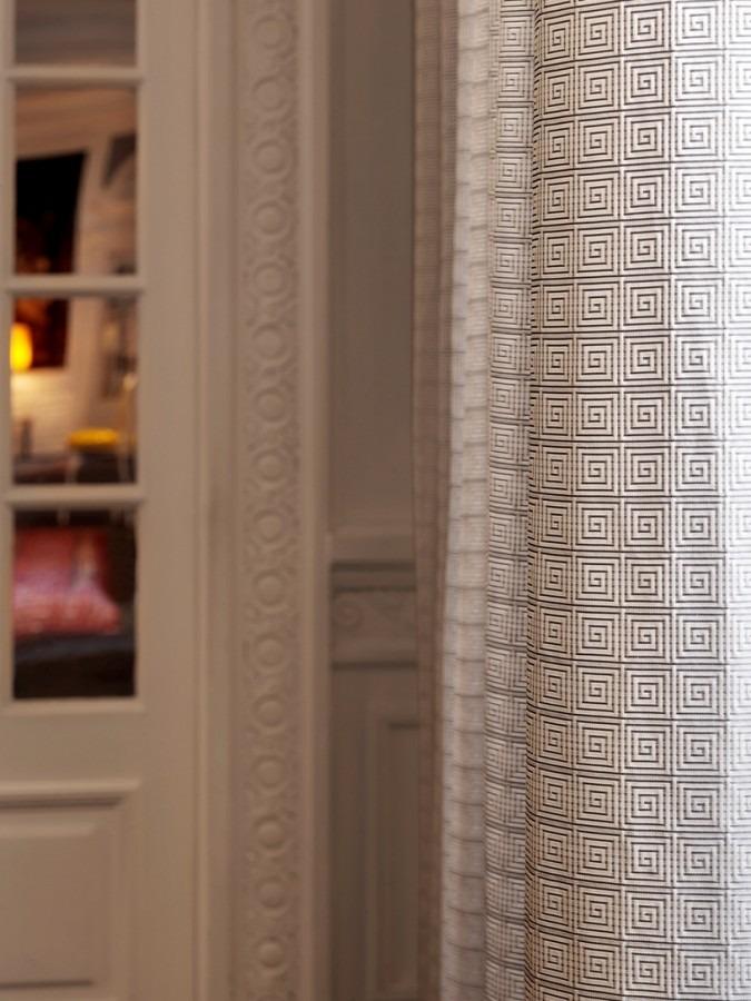 Moderní bytový textil s drobným světlým vzorem