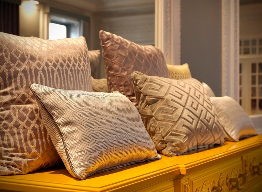 Luxusní bytový textil v pastelových barvách se vzorem