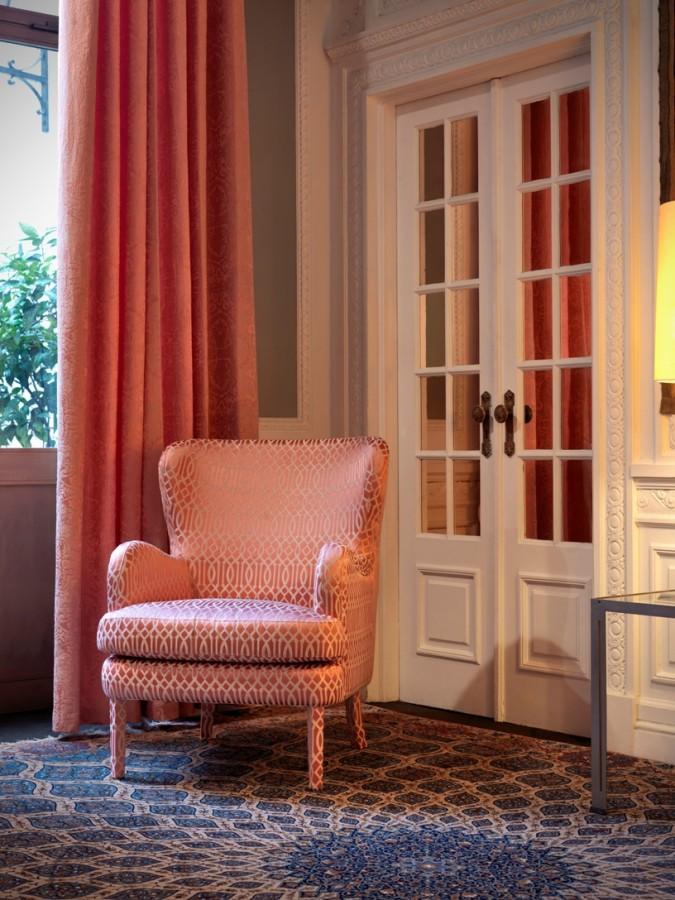Luxusní bytový textil v pastelově červené barvě s propracovaným vzorem