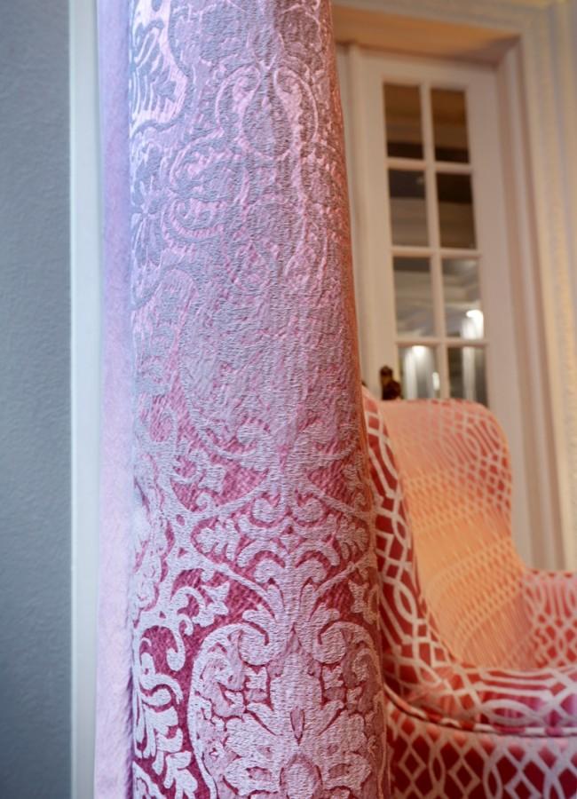 Luxusní bytový textil s propracovaným vzorem v pastelově červené barvě