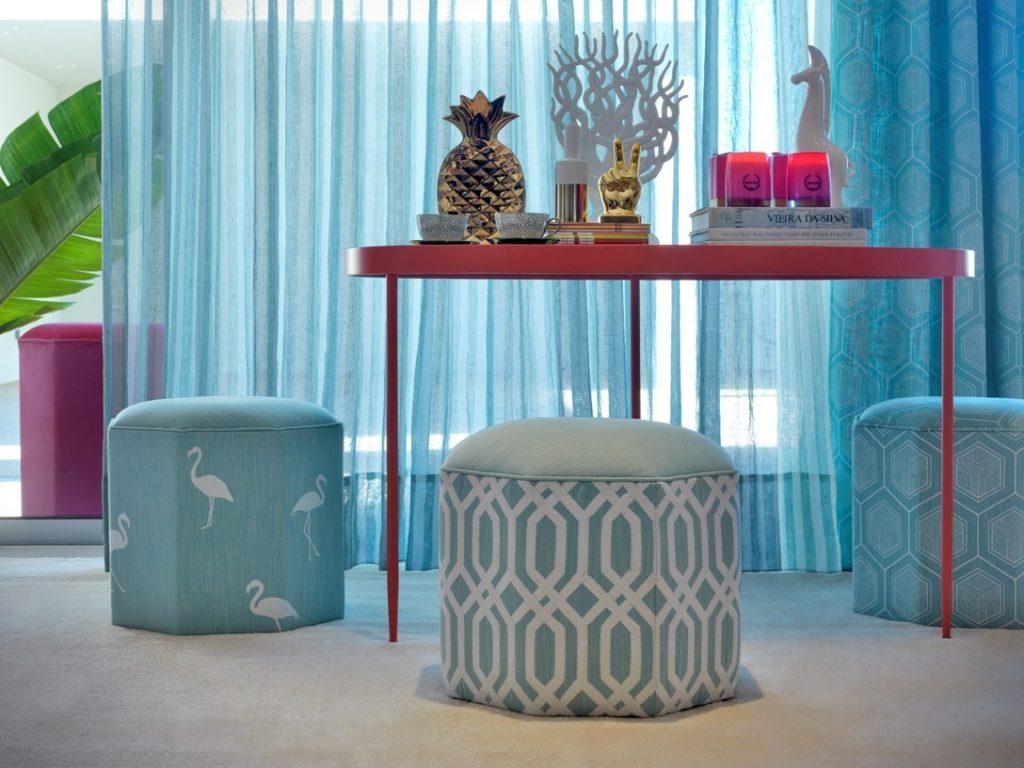 Moderní bytový textil laděný do modra se světlým vzorem
