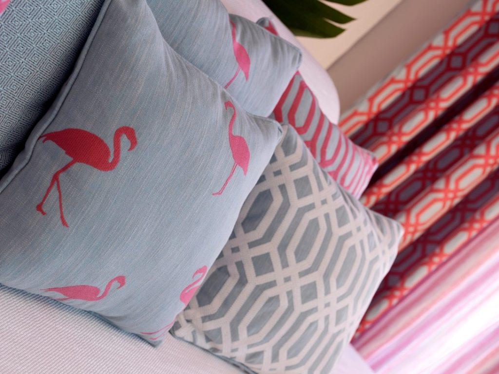Moderní bytový textil v šedé a červené barvě