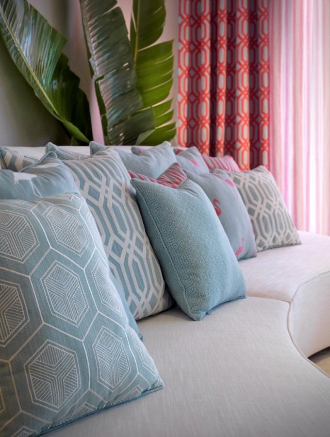 Moderní bytový textil v odstínech červené a pastelově modré