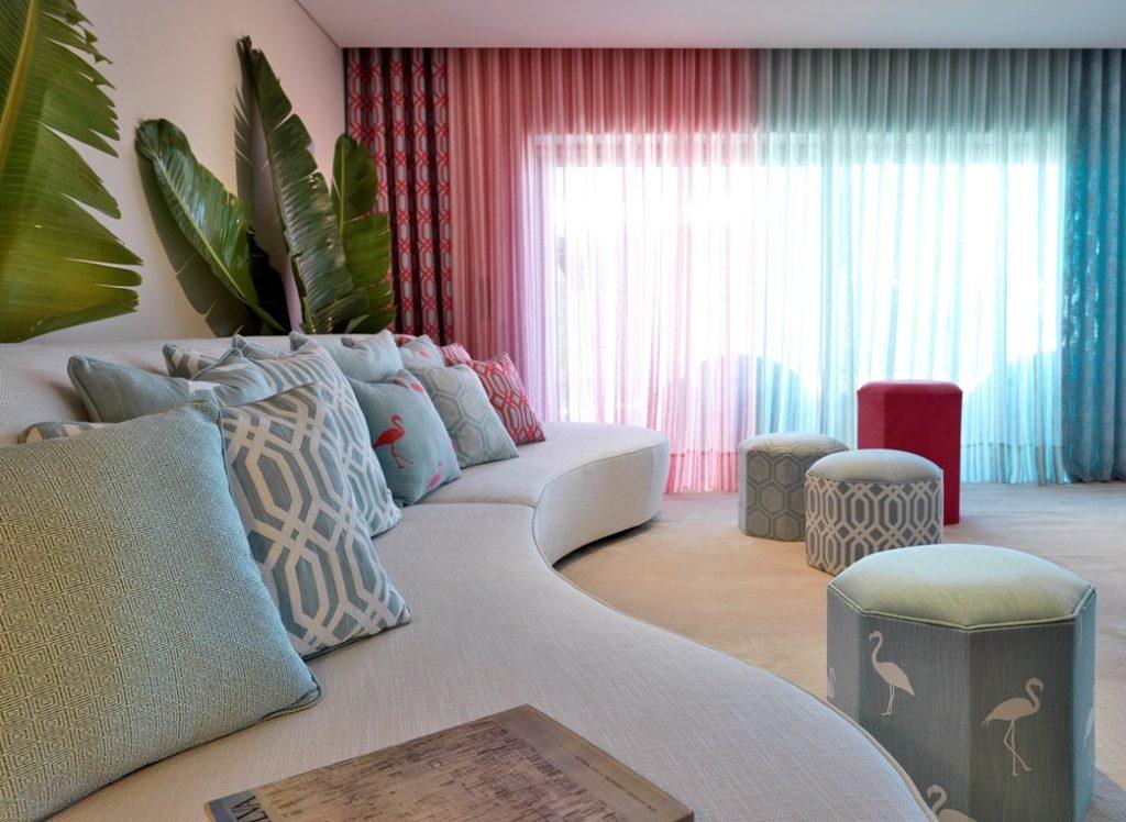 Moderní bytový textil v odstínech modré a červené