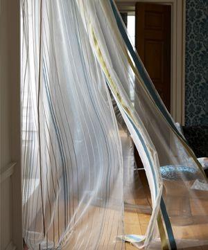 Moderní bytový textil z průsvitné světlé látky