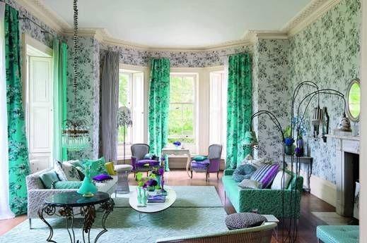 Moderní bytový textil v různých odstínech zelené barvy