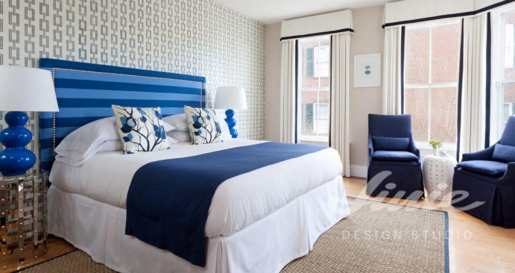 Hotelový pokoj v modrých tónech