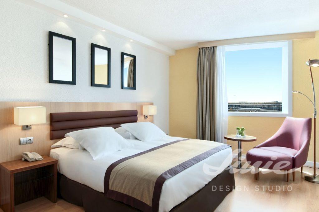 Hotelový pokoj v neutrálních barvách