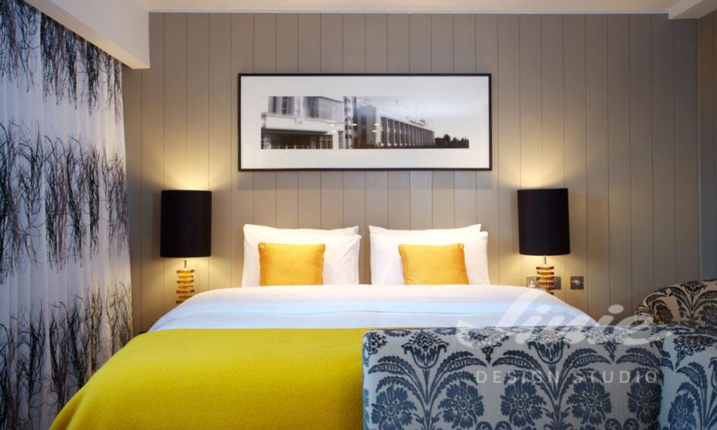 Hotelový pokoj ve žlutých odstínech