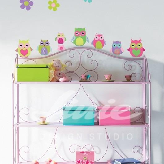 Samolepky sedmi sov na zdi a růžová police s krabicemi, panenkou a čajovými šálky