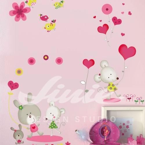 Samolepky dvou myší a zajíců a srdíček na zdi