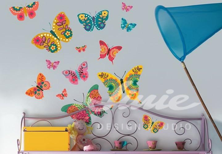 Samolepky barevných motýlů a sítě na motýly na zdi