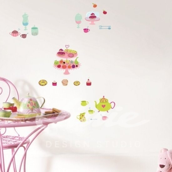 Nástěnné samolepky barevných dezertů na zdi a růžový stolek
