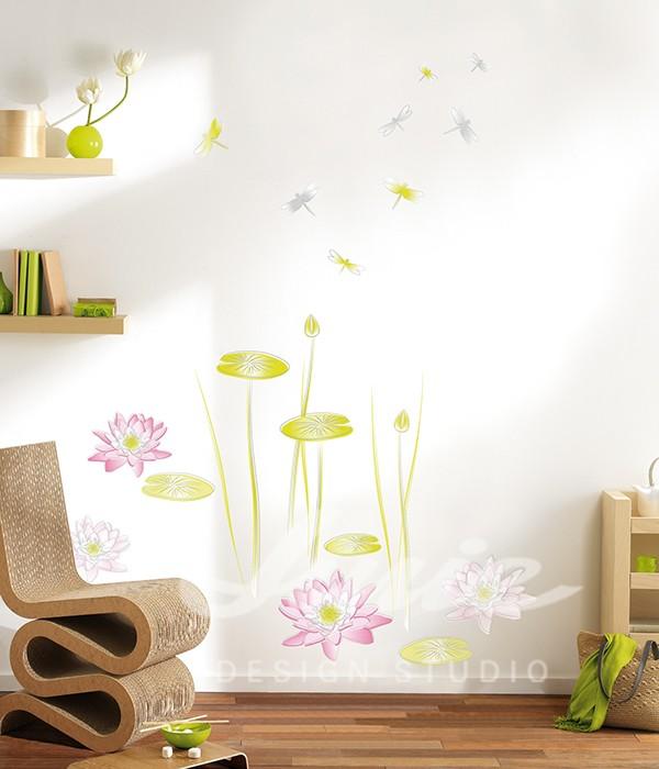Dřevěný nábytek a dekorační samolepky květin na zdi